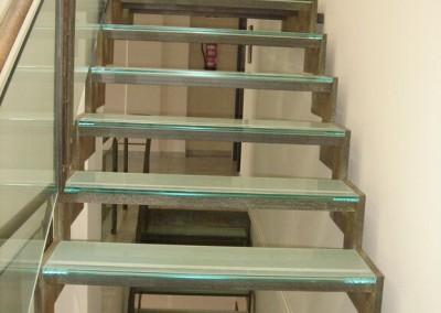 Peldaños escalera Centro Asesor Caravaca en vidrio de seguridad mate