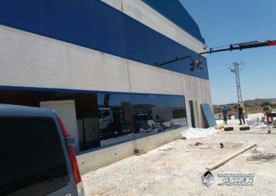 Acristalamiento con tratamiento solar en oficinas de nave industrial