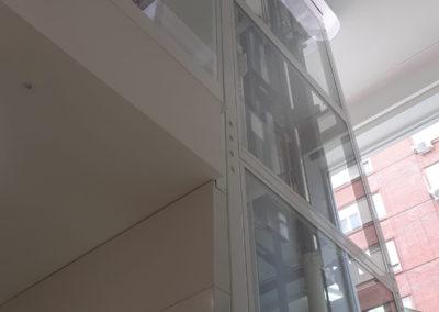 Acristalamiento visible para hueco y maquinaria de ascensor en clínica