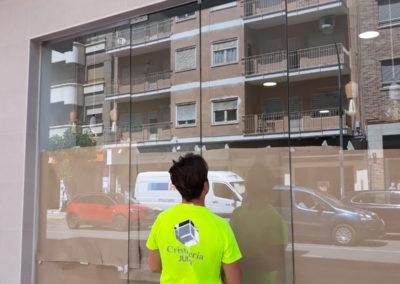 Puerta exterior acristalada sin perfilería para comercio en Caravaca