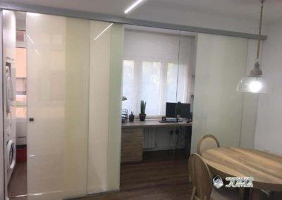 Cerramiento múltiple para separación de espacio con vidrio efecto lino