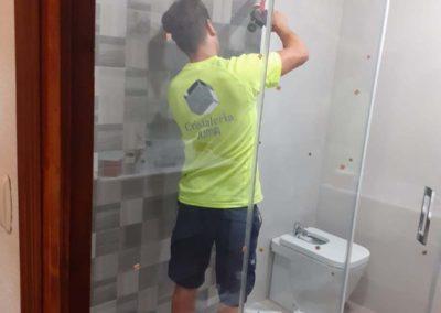 Mampara de ducha fija +puerta abatible sin perfilería
