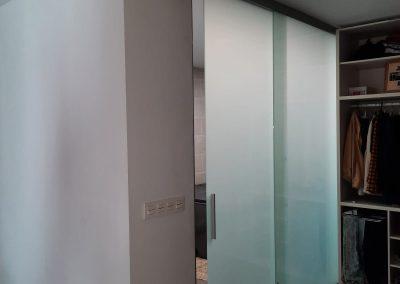 Puerta corredera + fijo de cristal translúcido